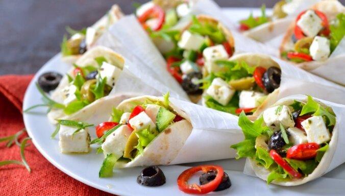 Maltīte 10 minūtēs: ar grieķu salātiem pildītas tortiljas
