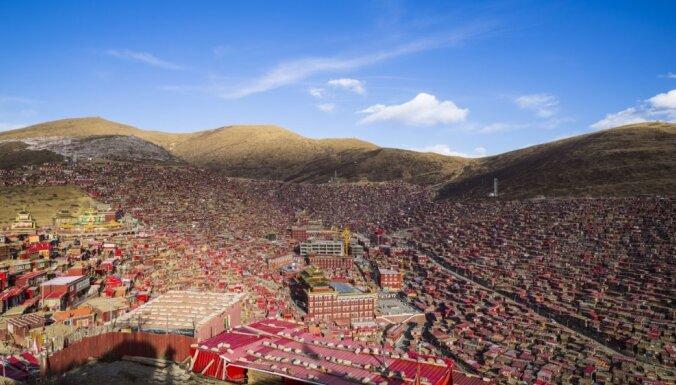 Neticami daudz mūku vienuviet. Ieskats lielākajā budistu institūtā Ķīnā