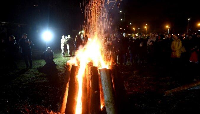 Foto: Zaķusalā barikāžu atceres pasākumā pulcējušies teju 500 cilvēku