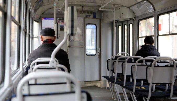 Rīgas domei prasa atmaksāt 4. maijā iekasēto maksu par braukšanu sabiedriskajā transportā