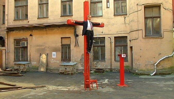 В Риге во дворе бывшего здания КГБ распяли статую Путина
