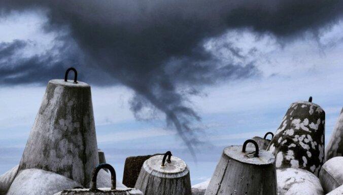 Aculiecinieka kadri: Tumšs virpulis virs Ventspils mola