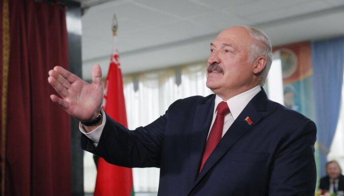 Lukašenko par spīti pandēmijai mudina iedzīvotājus turpināt strādāt