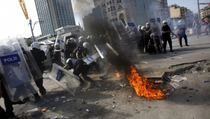 Protestētāju pārņemtajā Stambulas Taksima laukumā iegājusi policija