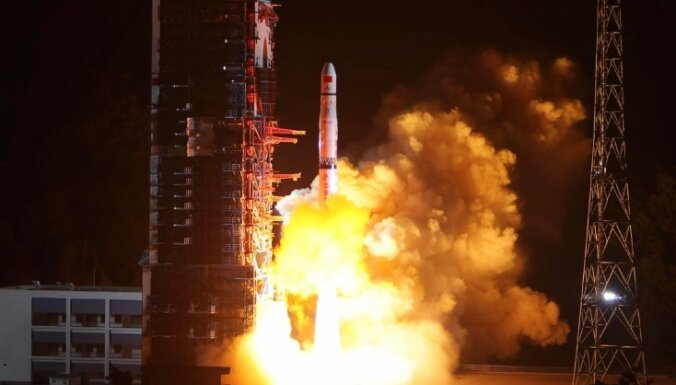 Китай запустил спутник на темную сторону Луны