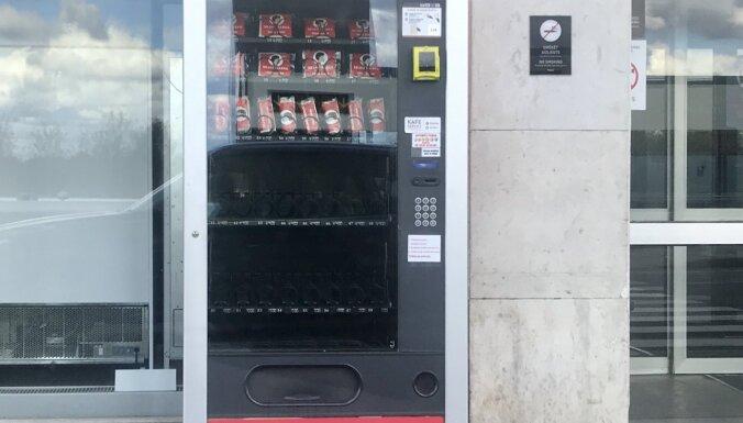 """ФОТО: У входа в аэропорт """"Рига"""" установлены автоматы по продаже масок"""