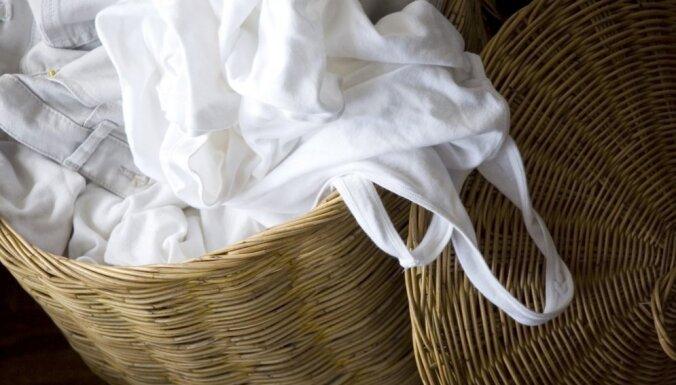 Vienkāršs veids, kā izmazgāt krāsaino drēbju atstātās pēdas uz baltā apģērba
