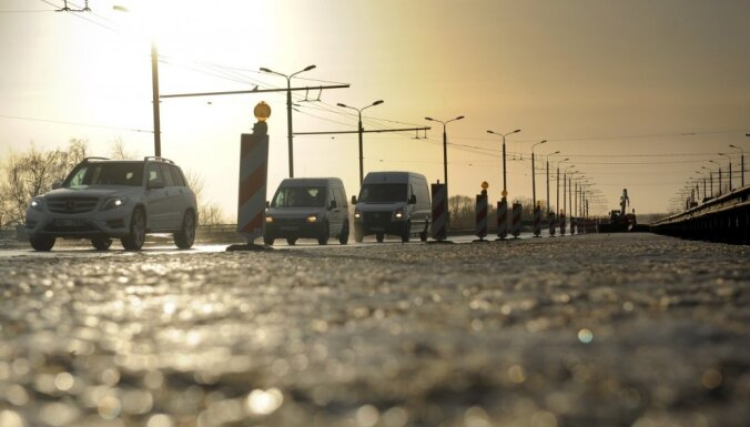 Rīgā svētdienas pēcpusdienā lielākais sastrēgums uz Salu tilta