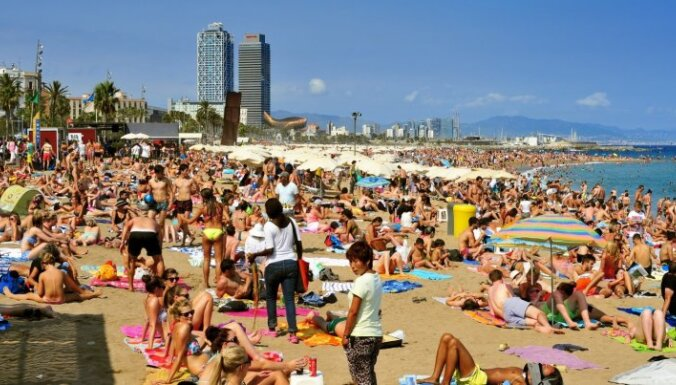 Baidoties par teroraktiem citviet, tūristi dodas uz Spāniju