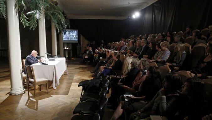 Teātris ir dzīves programmēšana. Alvis Hermanis par jauno izrāžu albumu un savu 'Dienasgrāmatu'