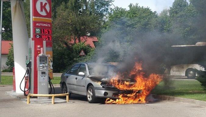 Foto: Mellužos degvielas uzpildes stacijā aizdedzies automobilis