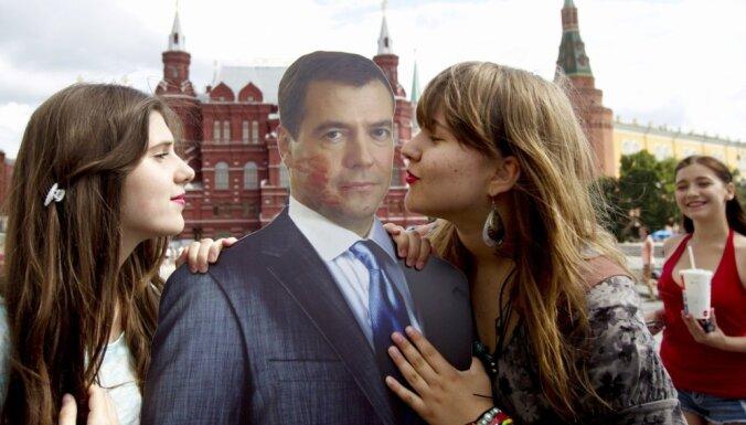 Foto: Ko cilvēki dara ar politiķu un slavenību attēliem