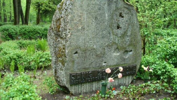 Nozog Žaņa Lipkes pieminekļa bronzas bareljefus