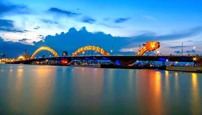 Foto un video: Uguni spļaujošs tilts Vjetnamā