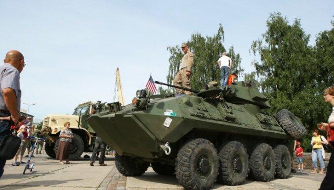 ФОТО: Жителям пяти городов показали военную технику США и Латвии