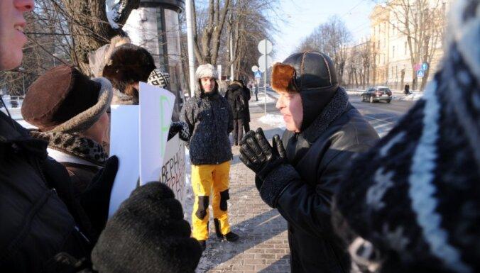 Ap 10 cilvēku pie Krievijas vēstniecības piketē par godīgām vēlēšanām kaimiņvalstī