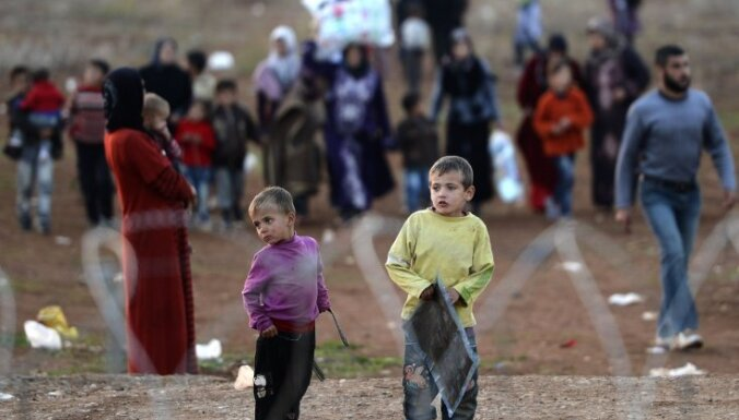Sīrijas bēgļiem Turcijā izsniedz debetkartes humānās palīdzības iegādei