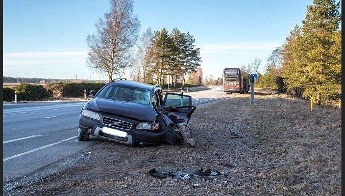 """В Эстонии столкнулись автобус Lux Express """"Рига-Таллинн"""" и легковушка: трое пострадавших"""