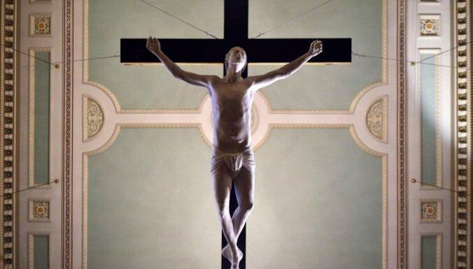 Опрос: лишь 41% латвийцев считают себя христианами; 17% не верят в бога