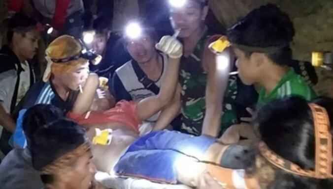 Foto: Pēc nogruvuma raktuvēs Indonēzijā pazemē iesprostoti vairāki desmiti cilvēku