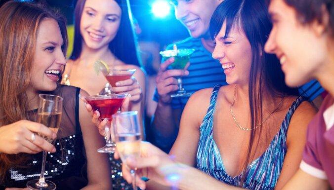 Никаких скидок именинникам: в Латвии запретят рекламные акции с алкоголем