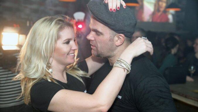 Foto: Kivičs mīlētāju dienā iepriecina ar koncertu Vecrīgas bārā