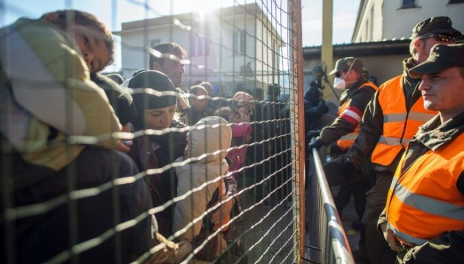 Austrija ierīko dzeloņstiepļu barjeras uz robežas ar Slovēniju
