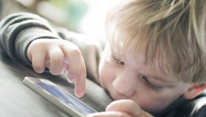 Pārmērīga viedierīču lietošana kavē bērna runas prasmju attīstību, uzsver pētnieki