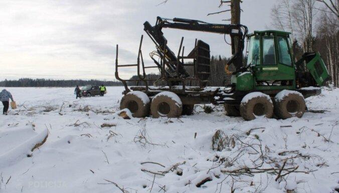 Zagtu traktora aprīkojumu cenšas pārdot internetā; policija garnadzi notver