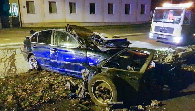 Foto: BMW avārija Daugavgrīvas ielā, kur bojā gāja 24 gadīgs autovadītājs