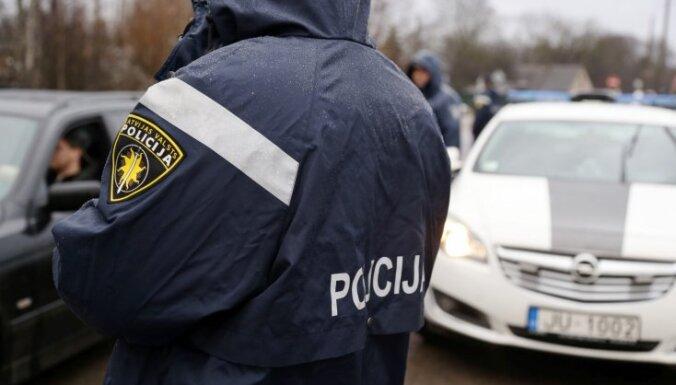 IDB lūdz apsūdzēt policistu par dzērājšofera apzagšanu