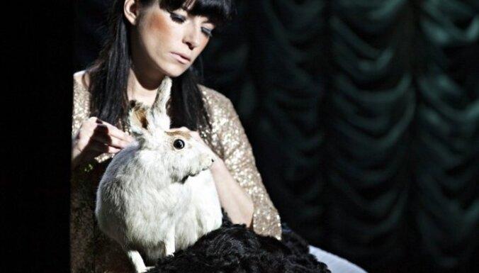 Foto: Pirmizrādi piedzīvo eksperimentālā performance 'Endij Vorhol, tas Tu?'