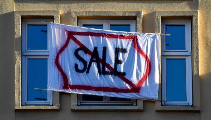 'Bloomberg': amerikāņiem arvien grūtāk tikt pie mājokļa