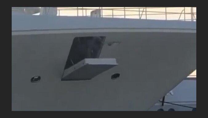 ВИДЕО: Построенная для Абрамовича яхта за 75 миллионов долларов снесла будку на причале