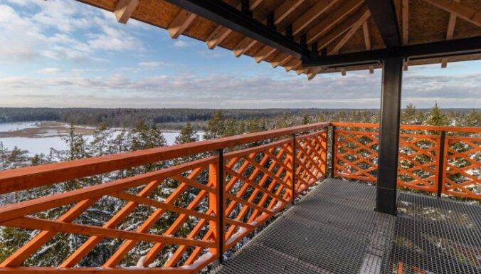 Foto: Pastaigu taka un 33 metrus augstais skatu tornis dabas liegumā 'Lielie Kangari'