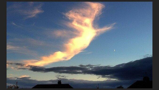 Debesīs virs Anglijas manīts lidojošs 'eņģelis'