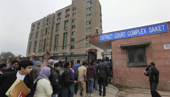 Pieciem vīriešiem uzrāda apsūdzības par sievietes izvarošanu Indijas sabiedriskajā transportā