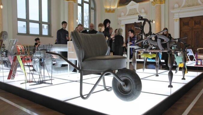 Foto: Rīgā atklāta neparasta izstāde 'Krēsls kā mākslas darbs'