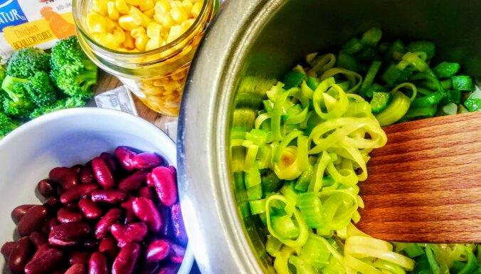 Ātrā makaronu zupa ar brokoļiem un kausēto sieru