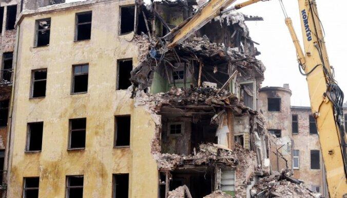 Rīgas būvvalde apturējusi Kalnciema ielas izdegušās ēkas fasādes nojaukšanu
