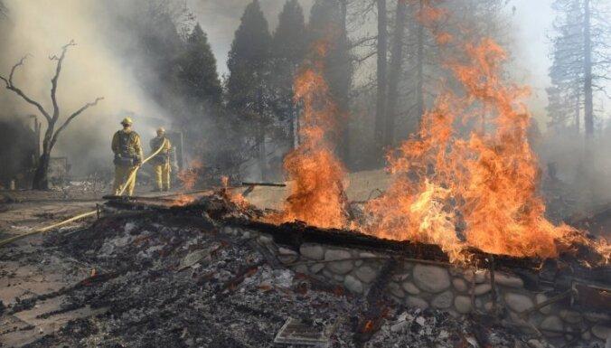 Savvaļas ugunsgrēkos Kalifornijā dzīvību zaudējuši desmit cilvēki