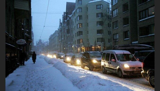 Sniegs aizvien traucē satiksmi
