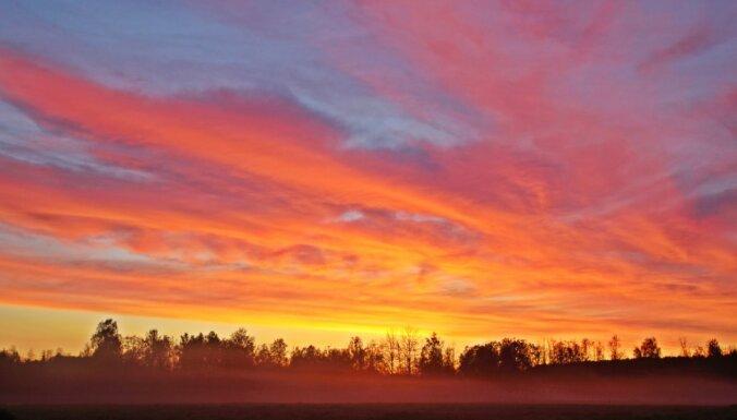 Krāšņi foto: Miglas vāli saulrietā