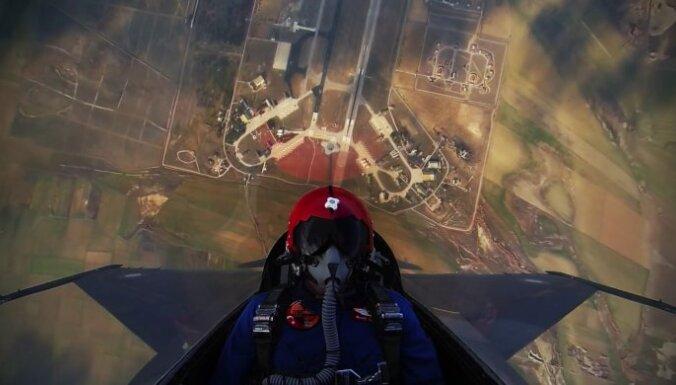 Video: 45 sekundēs līdz 4,5 kilometru augstumam – kā tas izskatās no F-16 pilota kabīnes
