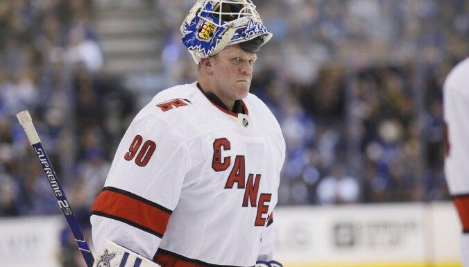 'Hurricanes' ar ledus tīrāmās mašīnas vadītāju vārtos uzvar NHL mačā; Ovečkins sasniedz 700 vārtu robežu