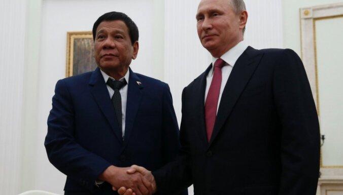 Krievija dāvinās Filipīnām kalašņikovus, bet vēlas to paturēt noslēpumā, izrunājas Duterte
