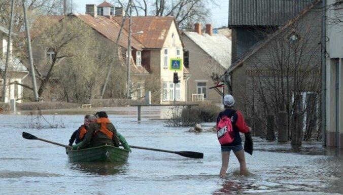 Cīņa ar plūdiem turpinās: Daugavpilī izsludina ārkārtas stāvokli (teksta tiešraide)