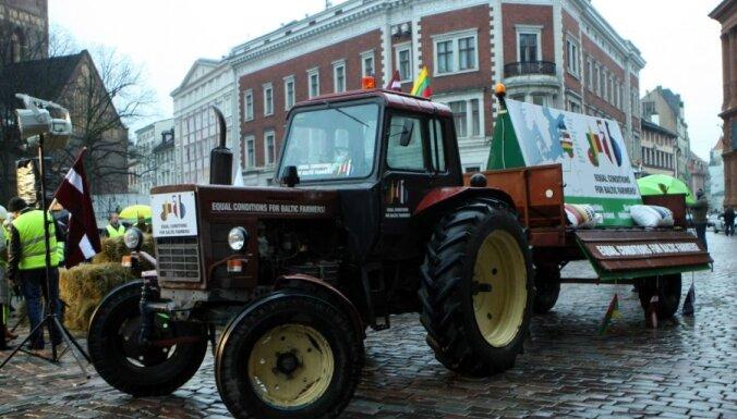 Возмущенные крестьяне приехали в Ригу на советских тракторах