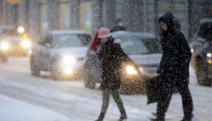 В Риге чистят улицы малого значения; днем ожидается снег