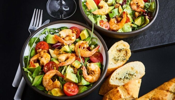 Elegantie garneļu un avokado salāti Ilzes Jurkānes gaumē